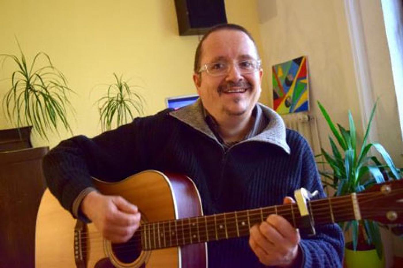 Zudem sang Eron Martis zur Gitarre