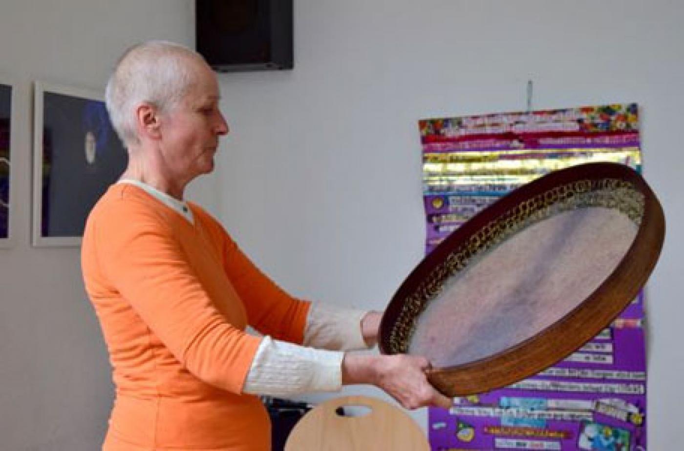 Ma Brigit gab an der persischen Daf ein rhythmisches Intermezzo
