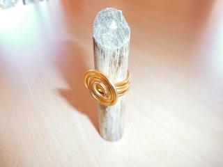 Ring aus goldenem Aludraht