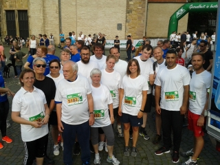 Mitarbeiter und Klienten nehmen am Firmenlauf in Herford teil