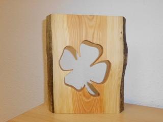 Kleeblatt im Holz