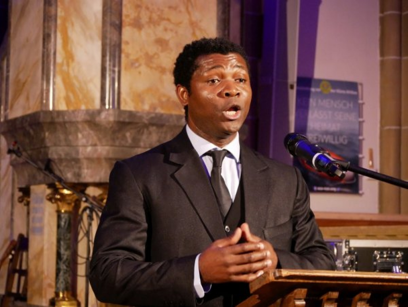 """Opernsänger  Christian  Akoa aus Kamerun. Als Einspruch gegen latenten Rassismus, den er als Schwarzer  in Deutschland verspüre, brachte er klangvoll """"What a wonderful World"""" zu Gehör"""