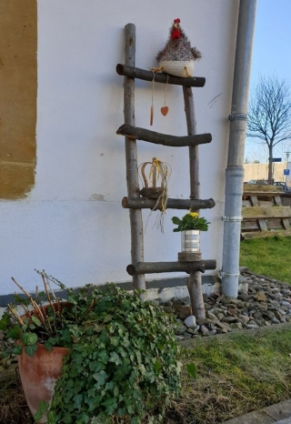 Holzleiter mit Frühjahrsdeko